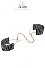 Menottes désir métallique noires : Des bracelets originaux en métal noir qui se transforment en menottes dans l'intimité.